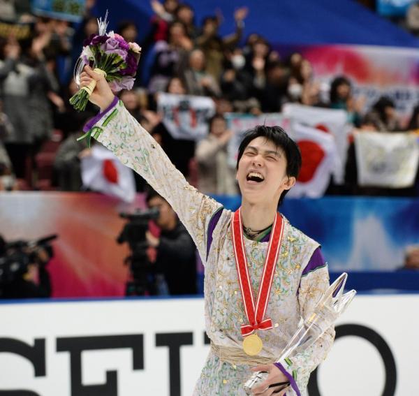 NHK杯の表彰式を終え、場内を一周する羽生結弦=2015年11月28日、白井伸洋撮影