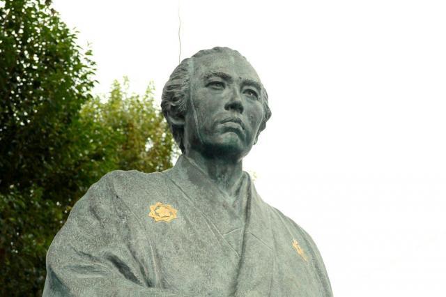 京急立会川駅近くに立つ坂本龍馬像=東京都品川区