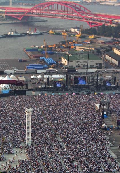 コンテナバース跡地で開かれたサザンオールスターズのコンサート=2003年8月23日、神戸市中央区のポートアイランドで