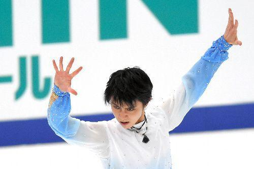 NHK杯男子SPで演技する羽生結弦=2015年11月27日、白井伸洋撮影