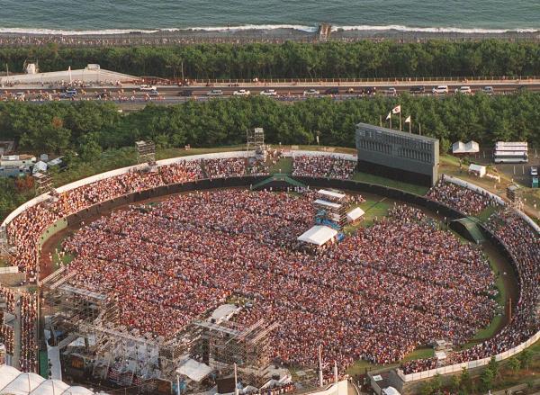 2000年8月19日、サザンオールスターズのコンサートが神奈川県茅ヶ崎市で21年ぶりに開かれた。湘南の海岸沿いの市営野球場は約23000人の観客で埋まった。付近の浜辺などにも約10000人の市民らが押し寄せた