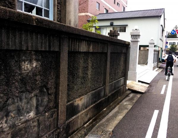 織田歯科医院の塀に残る、空襲で壁面の一部がはがれた跡=高知市升形