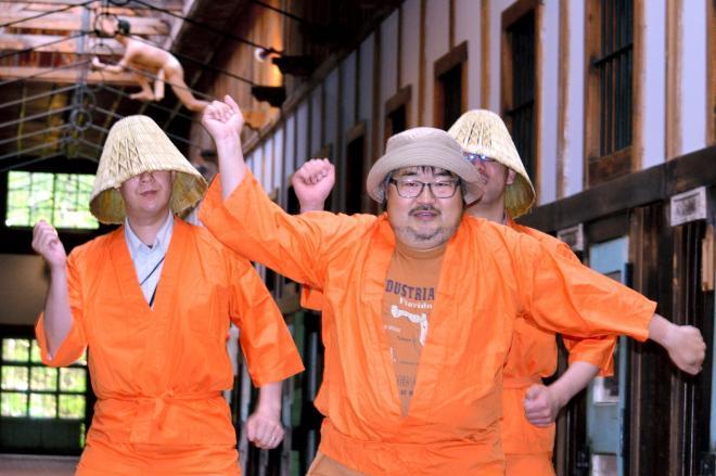 「恋するフォーチュンクッキー」を踊って網走をPRする博物館「網走監獄」の職員=網走市