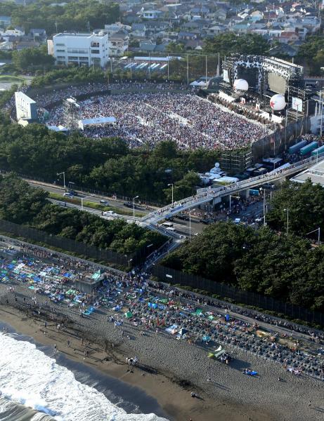 茅ケ崎であったサザンのコンサート会場に集まった大勢のファン。海岸には歌声だけでも聞こうという人たちも=2013年8月31日