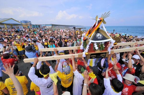 サザンオールスターズのデビュー35周年を祝う東京―茅ケ崎間の駅伝=2013年6月23日