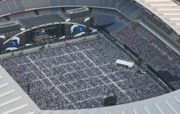 サザンオールスターズのコンサートが開かれる日産スタジアムは大勢のファンで埋まった=2008年8月16日