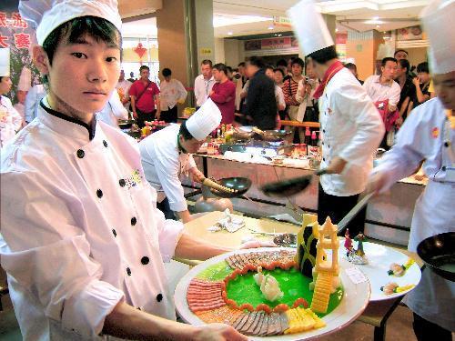 中国・瀋陽であった「満漢全席」の料理コンテスト=2004年7月2日