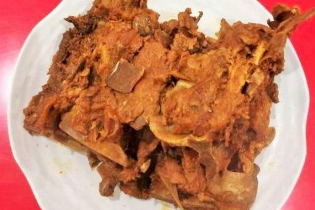 背骨の醬油煮込みである「醬大骨」。迫力のひと皿