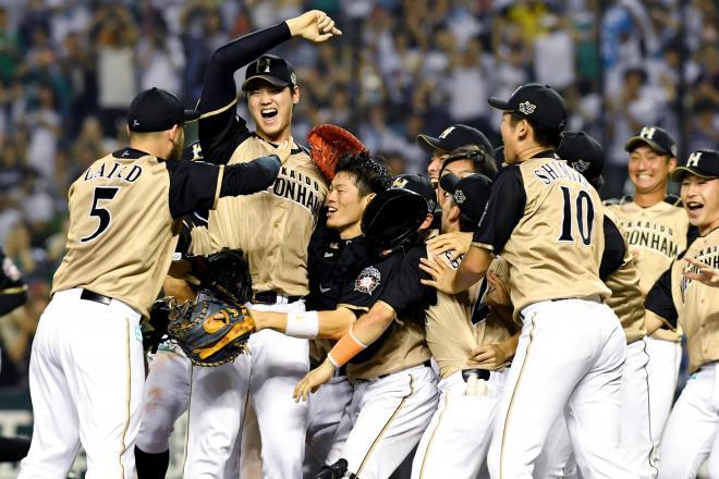 優勝を決め、腕を突き上げて喜ぶ日本ハムの大谷翔平(左から2人目)。今季のMVPの最有力候補だ
