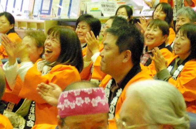 稀勢の里を応援する地元のファン=2016年3月27日、茨城県牛久市役所