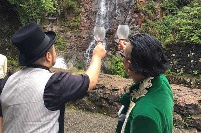 滝に向かって持ちネタを披露する髭男爵の2人