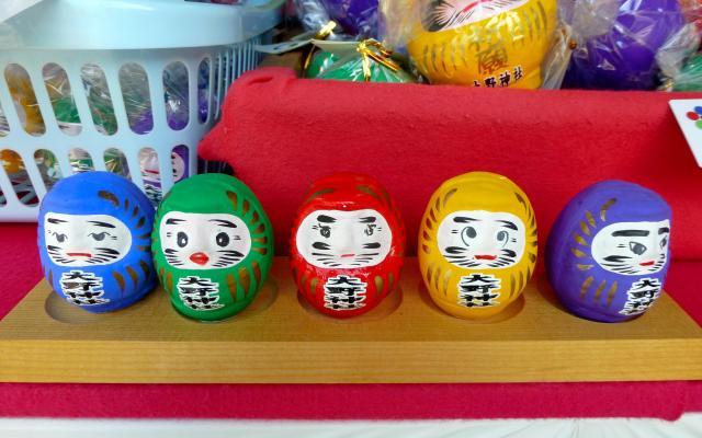 大野神社の5色の祈願だるま。表情がそれぞれ違う