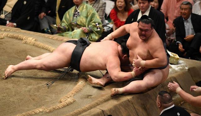 豪栄道(左)に渡し込みで敗れた稀勢の里=2016年9月21日、山本和生撮影