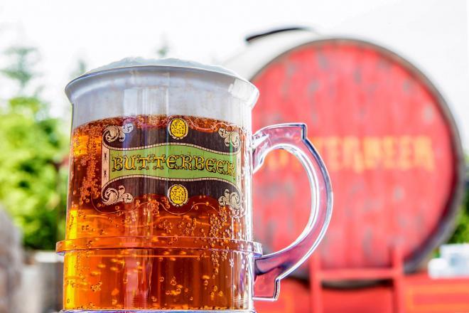 USJ(大阪市)のハリー・ポッターエリアで人気の「バタービール」は甘いノンアルコール飲料で、子どもも飲める=ユニバーサル・スタジオ・ジャパン提供