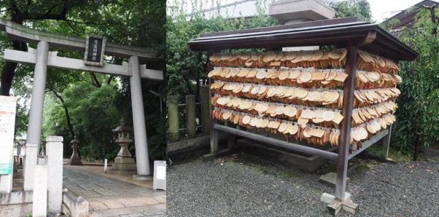 弓弦羽神社の鳥居と境内の絵馬掛け=神戸市東灘区