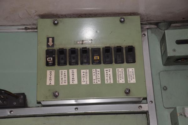 計器には現地の言葉で、説明書きが追加されている