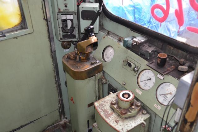 古びた運転室
