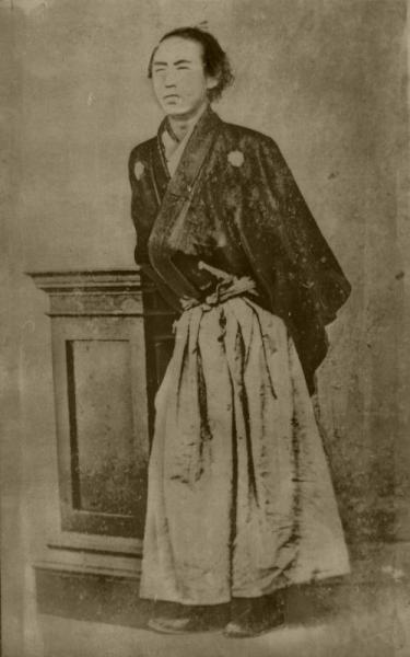 羽織、はかま姿の坂本龍馬。32歳の時の写真と言われている