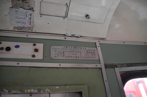 運転室には日本の案内表示も残っている