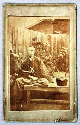 世田谷区立郷土資料館が収蔵する坂本龍馬の肖像写真(同館提供)