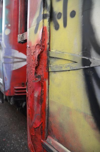 車両の塗装もはがれ、さびついている