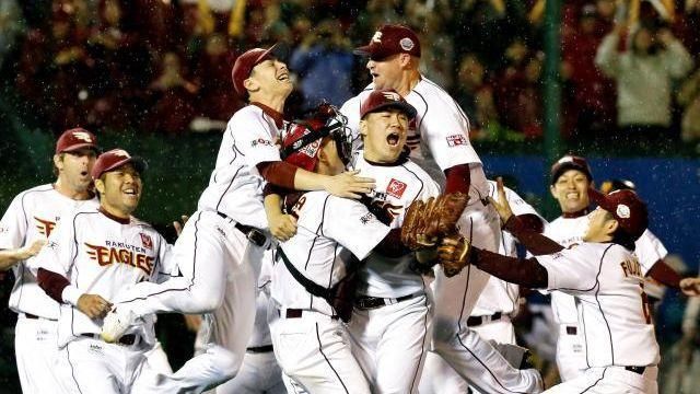 2013年に日本一になった楽天。エース田中(中央)は24勝を挙げ、MVPに。投票では1位票を独占し、満票(233票・合計1165点)で選ばれた