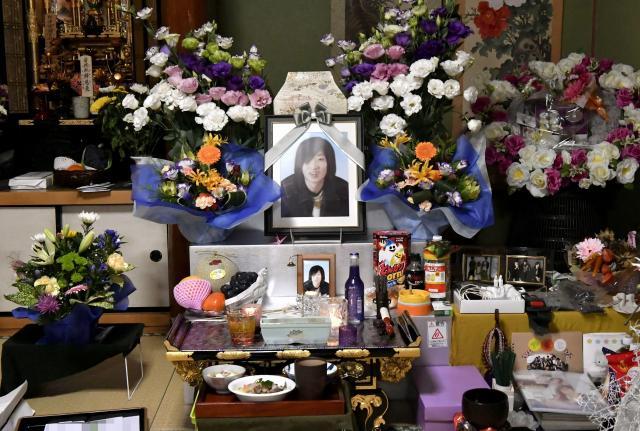 自宅に置かれた大和晃さんの遺影と遺骨。たくさんの花に囲まれていた(香典袋にモザイクをかけています)=2016年10月3日午後、熊本県阿蘇市、福岡亜純撮影