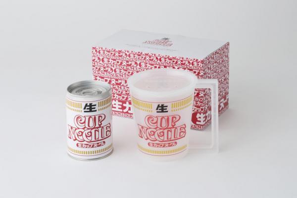 箱の中に入っている「生カップヌードル」缶とマグカップ