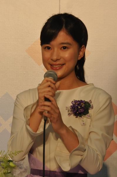 「べっぴんさん」のヒロイン発表会見であいさつする芳根京子さん=2016年4月
