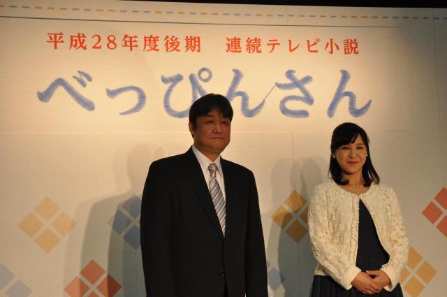 制作発表会見に登壇した脚本家の渡辺千穂さん(右)と三鬼さん=2016年1月、大阪市中央区