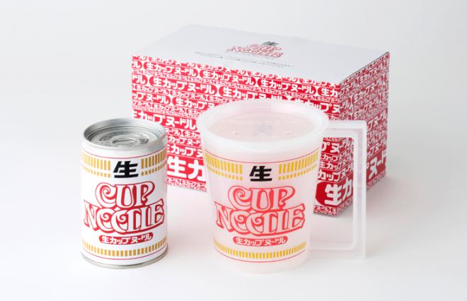 専用の箱の中に、生カップヌードル1個と、レンジで調理する際に使うオリジナルマグカップが入っている