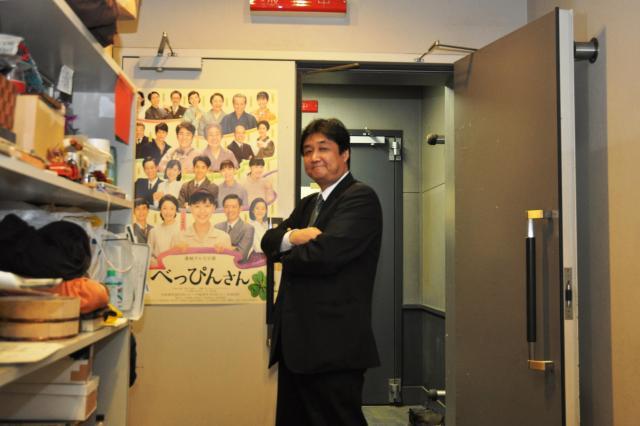 「べっぴんさん」の撮影が進むスタジオ入り口に立つ三鬼さん=大阪市中央区のNHK大阪放送局