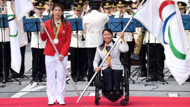 パレードの出発式で旗を手にする吉田沙保里選手(左)、上地結衣選手