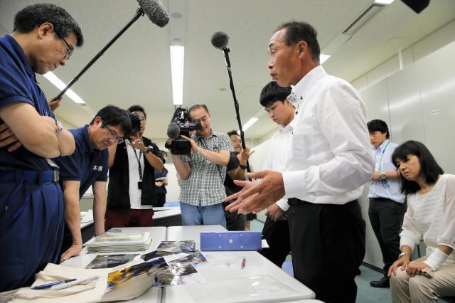 前日に独自の捜索で車の一部を発見した大和晃さんの両親らが県庁を訪れ「納得できる捜索を」と要望した=2016年7月25日午後、熊本県庁、金子淳撮影