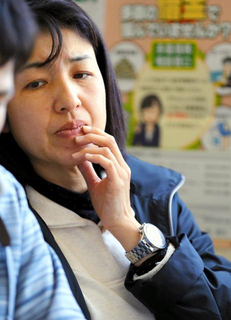 行方不明になったとみられる大和晃さんの母親・忍さんは、左手首に晃さんが成人したときに贈った腕時計をつけ、不安そうな表情を見せていた=2016年4月20日午前、熊本県南阿蘇村、遠藤啓生撮影