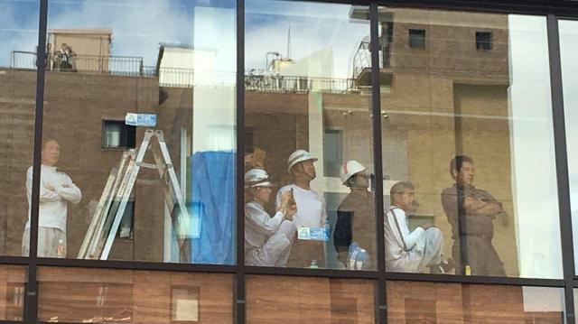 ビルの内装工事をしている人たちも手を止めてパレードに見入っていた