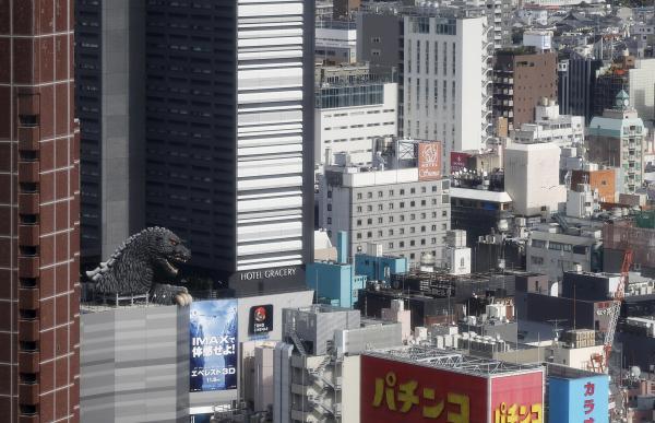 東京・新宿の町に現れたゴジラの姿=2015年4月