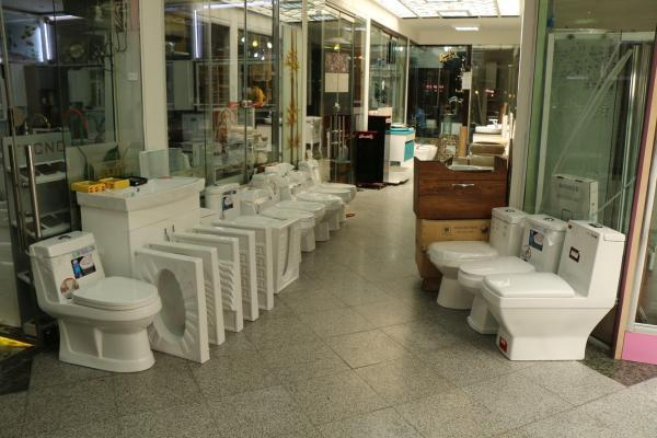 店頭にトイレを並べる店も。左がイランの「和式」、右が洋式