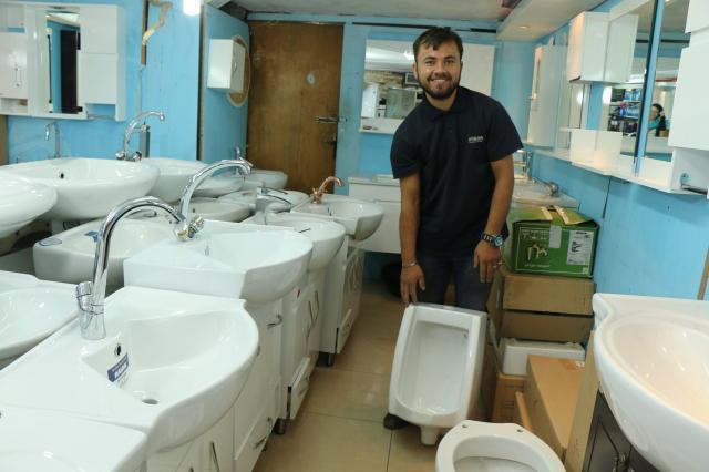 「小便器、あるよ!」とトイレ店の店員ムハンマド・アジジさん