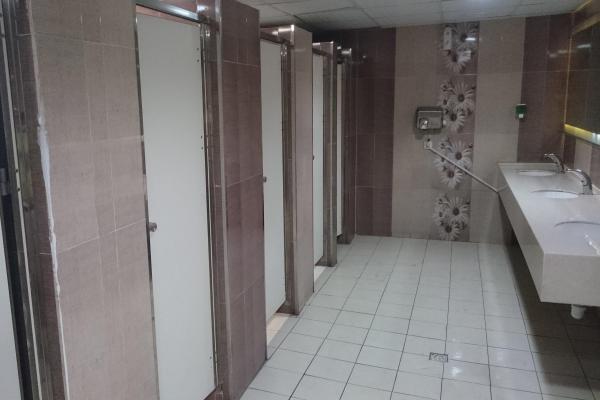 イランのごく一般的な男性用公衆便所。すべて個室
