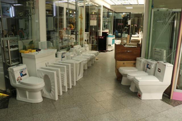 店頭にトイレを並べる店も。左がイランの伝統的な便器、右は洋式