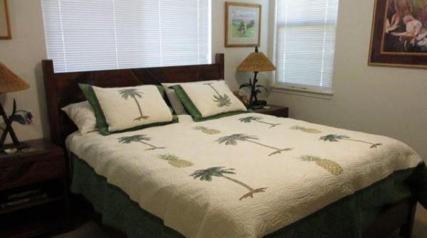 ベッドルームは1階に。キングサイズのベッドで、すぐ隣りに、専用のバスとトイレ