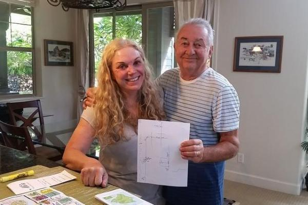 Airbnbのホスト、ジャネットさん(左)とアンドリューさん。手書きの地図で見どころを教えてくれた