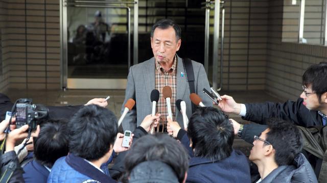 自宅前で報道陣の取材に応じる田母神俊雄氏=2016年4月14日