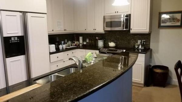 キッチンはオール電化。左に見えるのは、つくりつけの冷蔵庫。