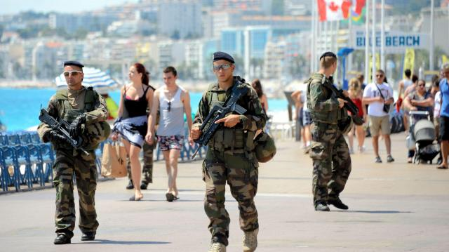 テロのあった仏南部ニースの海岸沿いの通りを警戒する仏軍兵士ら=2016年8月10日、喜田尚撮影