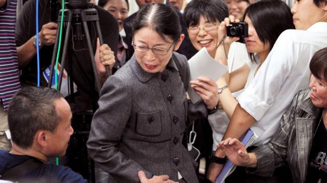 大阪地裁で無罪判決を受け、支援者らと笑顔で握手する村木厚子・厚労省元局長=2010年9月10日