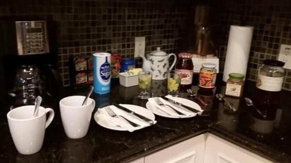 朝ご飯は、好きな時間に、冷凍庫からベーグルやらクロワッサンを出して、電子レンジで温めていただきます。3種類のジャムがカウンターに用意され、ハワイ島名産のコナ・コーヒーとオレンジジュースは飲み放題。