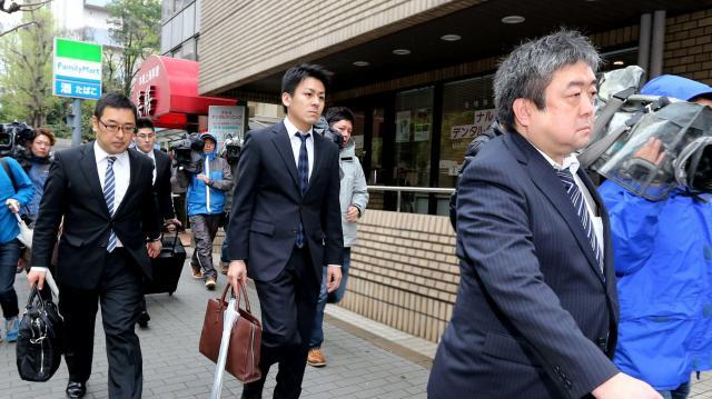 田母神俊雄容疑者の関連事務所の捜索を終え、かばんを手に引き揚げる東京地検の係官ら=2016年4月14日