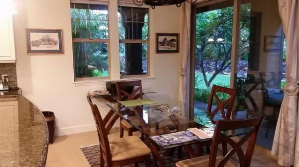 でっかいガラスのダイニングテーブル。右のガラス戸から戸外に出ればテラスで、そこにもテーブルがありました。朝ご飯はそちら食べました。
